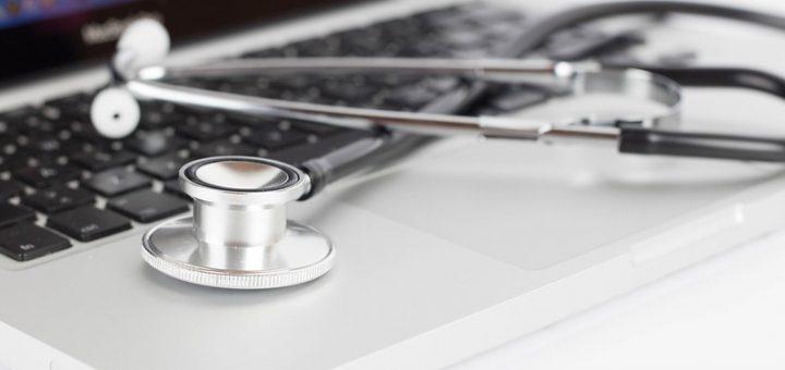Tietokone ja stetoskooppi.