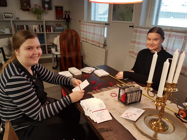 Kuvassa kaksi opiskelijaa pöydän ääressä hotelli Lietsussa.