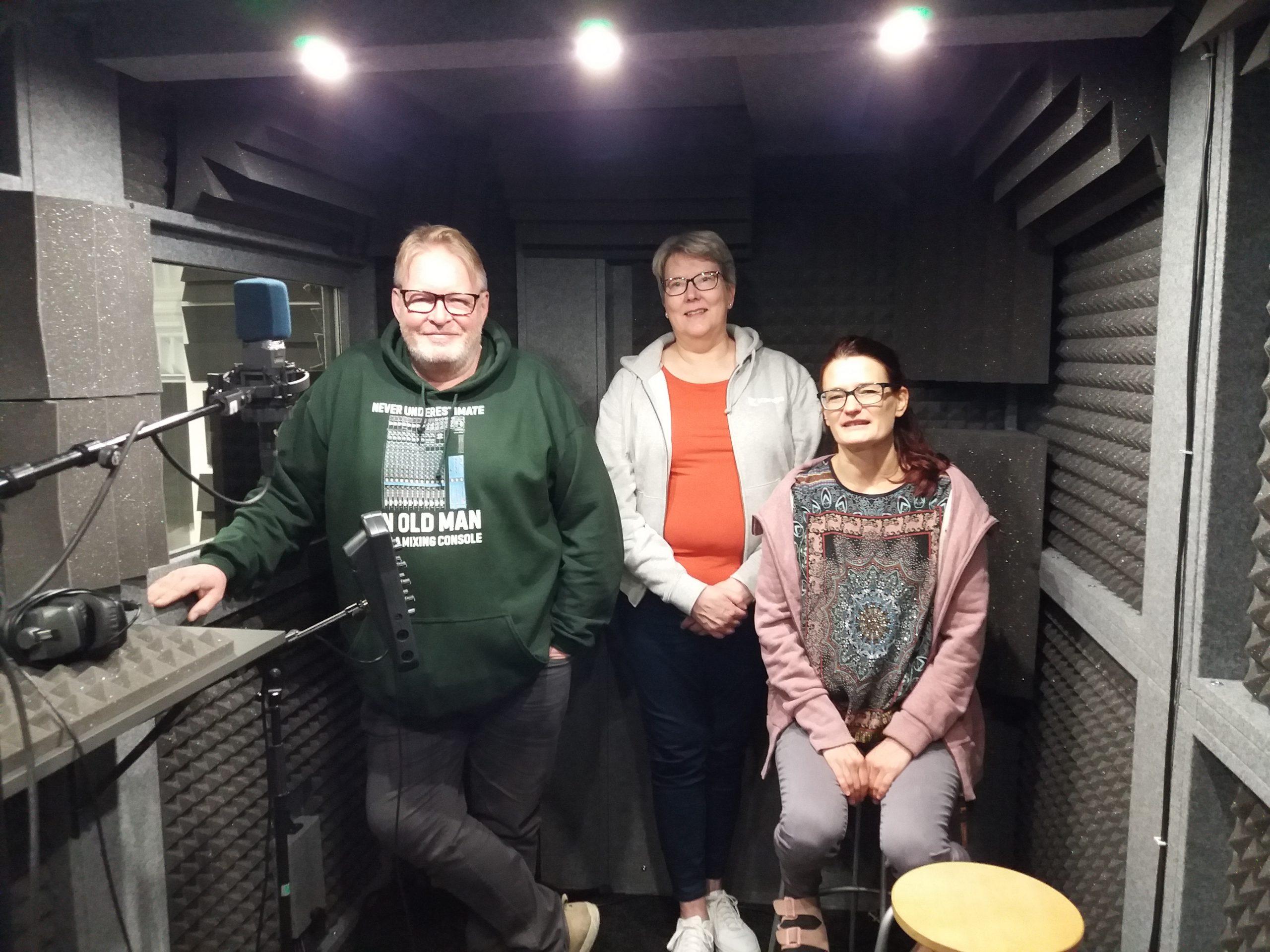 Kuvassa kolme henkilöä Karelian äänitysstudion tiloissa.