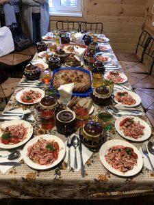 Kuva ruokapöydästä jossa monta ruokalajia.