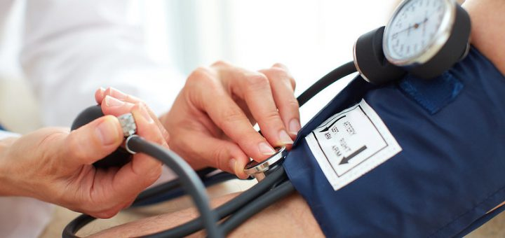 Kuvassa mitataan potilaan verenpainetta